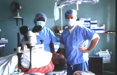 Dr. Kaufmann bei einer Augen-OP